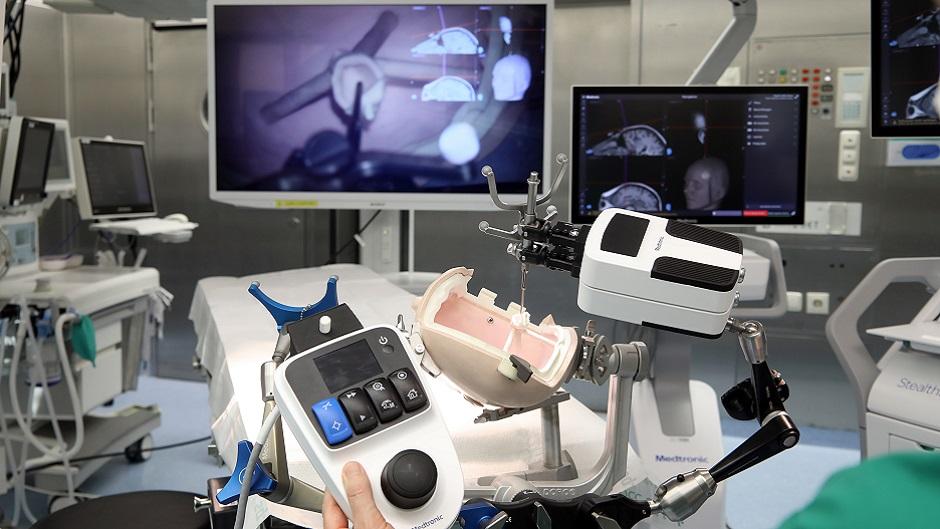 Neuer OP-Roboter für die Kinderneurochirurgie