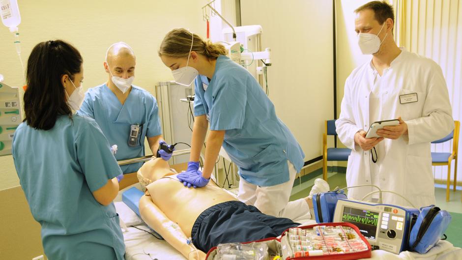 BDH-Klinik Greifswald trainiert mit neuer Rettungspuppe für die Sicherheit ihrer Patienten